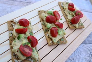 Crackers met avocadosalsa